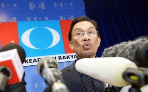 "Anwar Ibrahim vowing to challenge GE13 results,virtually defying the ""rakyat's"" verdict (Photo:AFP)"