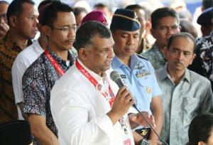 Tony Fernandes at the Press conference , Surabaya airport 28 Dec 2014 (Nikkei Asian Review)